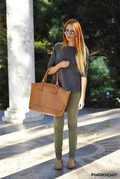 штаны цвета хаки/оливкового + свитер или блуза с отделкой на плечах