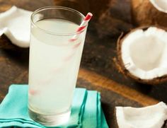 El agua de coco es una bebida refrescante, deliciosa y natural, que además, tiene muchos beneficios para nuestro organismo
