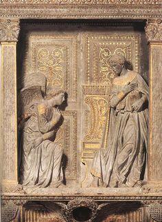 """L'""""Annunciazione Cavalcanti"""" è un'opera di Donatello in pietra serena dorata e in parte policromata (420x274 cm) collocata nella navata destra della basilica di Santa Croce a Firenze. Databile al 1435 circa è una delle rare opere del grande scultore che sia ancora oggi collocata nella sua posizione originaria."""