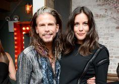 13. Steven Tyler Le chanteur d'Aerosmith a eu une liaison avec Bebe Buell. Seulement cette dernière a préféré garder le secret pour elle jusqu'à ce que sa fille Liv soit suffisamment grande pour comprendre. La jeune mère avait préféré protéger Liv de Steven qui était à l'époque sous l'emprise de graves problèmes de drogue. Aujourd'hui père et fille ont des relations tout à fait normales.