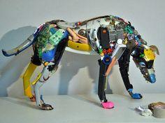 捨てられた機械やおもちゃで作り上げられた、妙にSFチックな犬や人間の彫刻 - GIGAZINE