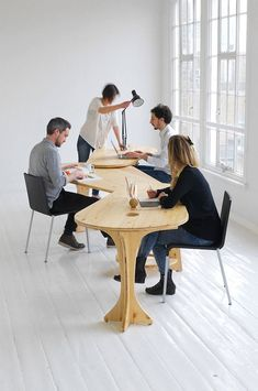 This leaf #desk from studio TILT may come pretty handy whenever we need to quickly break out into #teams! (which is like ALWAYS)