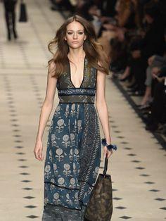 'Seventies'. La agitada década de los setenta vuelve con su música, su desenfreno y su estética.  En versión hippie, con botas altas y vaporosos vestidos estampados, o en clave sofisticada, el estilo de Studio 54 se muestra  como la tendencia más fuerte de las pasarelas, gracias a las colecciones de Louis Vuitton, Prada y Dior.