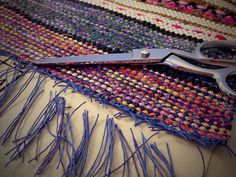 Great finishing technique for rag rugs.see series Finishing rag rug with square knots, and trimming warp ends. folding under and machine sewing. Rug Loom, Loom Weaving, Hand Weaving, Weaving Textiles, Weaving Patterns, Latch Hook Rugs, Fabric Yarn, Braided Rugs, Weaving Projects