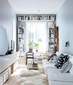 buena idea, rodear la ventana con estantes para el guardado de libros y otros objetos