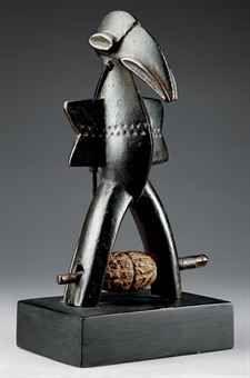 POULIE SENOUFO  Côte d'Ivoire  Rare poulie de métier à tisser représentant un calao stylisé dont les jambes écartées forment l'étrier. L'abd...