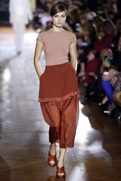 Stella McCartney propõe uma moda elegante e desportiva numa paleta de cores sóbria, para a primavera/verão 2014. A apresentação aconteceu na Semana de Moda de Paris.