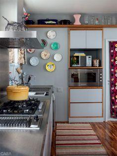 """O que muda no dia a dia de quem tem uma cozinha como parte da sala? """"Meu jeito de cozinhar ficou diferente: não faço frituras e uso mais o forno"""", conta Rita. Para evitar bagunça à vista, predominam armários fechados. """"Também recomendo uma máquina de lavar louças."""" Bancada de aço inox da Mekal."""