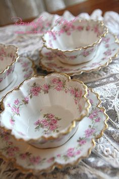 Such lovely fluttery edges on these dessert cups. Antique Dishes, Vintage Dishes, Vintage China, Vintage Teacups, Rosen Tee, Dessert Cups, Dessert Dishes, Teapots And Cups, China Tea Cups