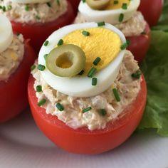Todavía están a tiempo de hacer estos 🍅🍅🍅 Tomates rellenos 🍅🍅🍅 para la cena. Me encanta la receta porque es super fresca! Rinde para 10 unidades es la siguiente.  🌟 Ingredientes tomates: 🍃 10 tomates redondos 🍃 1 cebolla chica 🍃 1/3 taza de arroz crudo 🍃 2 huevos duros 🍃 2 latas de atún 🍃 2 cdas de queso untable descremado 🍃 2 cdas de salsa caesar light 🍃 4 cdas de mayonesa light 🍃 sal y pimienta  🌟 Ingredientes decoración: 🍃 huevo duro 🍃 aceitunas verdes 🍃 ciboulette… Moroccan Salad, Kiss The Cook, Salty Foods, English Food, Sin Gluten, Diet Recipes, Sushi, Veggies, Appetizers