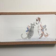 Wanneer al het lekkers op is dan verschijnt dit leuke stel. 🤗  #lief#servies#handbeschilderd#cadeau#porselein#hebben#persoonlijk#uniek#serveerplank#kurk#hapjes#tapas#doggy#cat#fish#bones#sweet#presents#handmade#forsale#origineel#opjebordje.nl