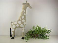 Jedyna w swoim rodzaju żyrafa z naturalnego lnu z ręcznym białym nadrukiem, ręcznie wyszywanymi oczami i białymi włosami. Oryginalny projekt i wykonanie NANIBY.  Wymiary: ok. 71 cm wysokości i 28...