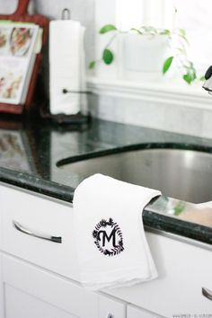 DIY Monogrammed Tea Towel - makes a great wedding shower gift idea! Whip these up with heat transfer vinyl and your Cricut machine. Plywood Storage, Diy Locker, Diy Wood Wall, Diy Blanket Ladder, Diy Monogram, Monogram Wedding, Valentines Diy, Tea Towels, Hand Towels