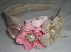 arco encapado com tecido 100% algodão bege , flores de fuxico em 2 tons de bege e 2 tons de rosa tamanhos diversos, detalhe em pérolas  strass e fita de cetim.