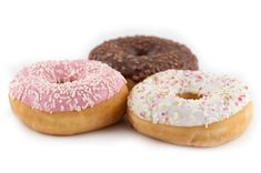 Ingredience: mouka pšeničná hladká 520 gramů, mléko 220 mililitrů (plnotučné), máslo 50 gramů, cukr krupice 40 gramů, vejce 2 kusy, droždí sušené 11 gramů, vanilkový extrakt 1 lžička, sůl 1 špetka, olej řepkový (na smažení), maliny 100 gramů (čerstvé nebo mražené), šťáva citronová 1 lžíce, cukr moučkový 180 gramů, borůvky 100 gramů (čerstvé nebo mražené), šťáva citronová 1 lžíce, cukr moučkový 200 gramů, čaj 1 lžička (Matcha), mléko 2 lžíce, cukr moučkový 100 gramů, kokos (strouhaný), kokos (čer Matcha, Doughnut, Donuts, Food And Drink, Candy, Recipes, Bar, Frost Donuts, Beignets
