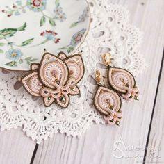 Сутажные серьги Orchid, вышитые серьги зеленый розовый – купить в интернет-магазине на Ярмарке Мастеров с доставкой - F2JQXRU Soutache Bracelet, Soutache Pendant, Soutache Jewelry, Beaded Earrings, Beaded Jewelry, Brooches Handmade, Earrings Handmade, Soutache Tutorial, Earring Trends