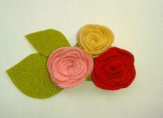 Broche de flores de fieltro en varios tonos