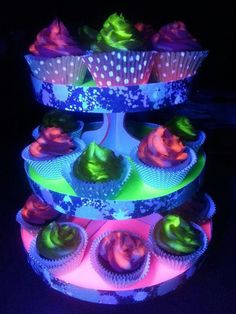 Black light glowing cupcakes and stand. The key to 'glow in the dark' cupcakes, you ask?Best neon lighting ideas, an original neon lighting ideas, wonderful neon, Neon cupcakes. Glow In The Dark Cupcakes, Neon Cupcakes, Glow In Dark Party, Glow Party, Cupcake Cakes, Cupcake Frosting, Black Light Party Ideas, Dance Cupcakes, Galaxy Cupcakes