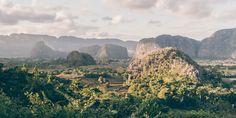 Das Viñales-Tal in der Provinz Pinar del Río: braunrote Erde, Kegelfelsen im Nebel, pittoreske bunte Casas und der beste Tabak Kubas.