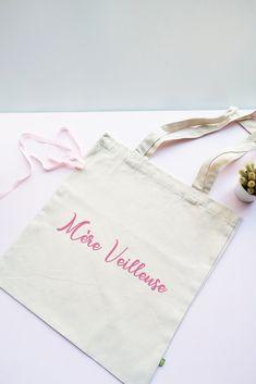 """Tote bag en coton bio """"Mère Veilleuse"""". Une idée cadeau sympa pour sa maman chérie. Tote Bag Maitresse, Super Mamie, Coton Biologique, Reusable Tote Bags, Cool Stuff, Oui, Parfait, Couture, Photos"""