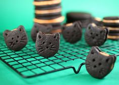 Homemade Halloween Oreo Kitty Cookies - so cute! #cookies #cats #food #Halloween