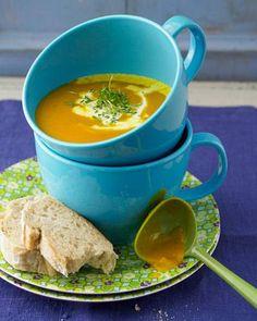 Diese Kürbissuppe mit einem Hauch Zimt ist dank ihrer pürierten Kartoffel schön sämig und wärmt nicht nur von innen, sondern auch die Seele. Hier geht es zum Rezept.