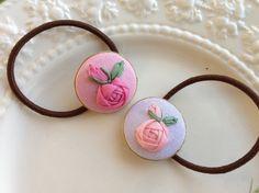 リボン刺繍のバラをあしらったヘアゴムです。くるみボタンの直径約2.7cm ハンドメイド、手作り、手仕事品の通販・販売・購入ならCreema。