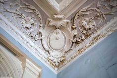 This Pin was discovered by Ant Beautiful Architecture, Architecture Details, Beautiful Ceiling Designs, Gypsum Ceiling Design, Angled Ceilings, Ornamental Mouldings, Crown Molding, Moldings, Home Art