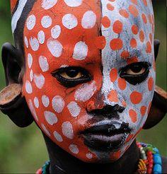 Surma (Ethiopia / South Sudan) ***Surma people include the Nilo-Saharan-speaking Suri, Mursi and Me'en. Arte Tribal, Tribal Art, We Are The World, People Of The World, African Tribes, African Art, Tribal Face Paints, Kreative Portraits, Mursi Tribe