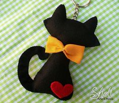 Me encanto esta ideagorgeous black cat keyring made from felt!Felt Cat - for Gemma, in White with a black love heart and red gingam bow and tagblack cat - this is a dead link but the picture is too cute would make cute holiday tree ornament, especial Cat Crafts, Arts And Crafts, Felt Bows, Felt Cat, Felt Brooch, Felt Fabric, Felt Christmas, Felt Ornaments, Felt Animals