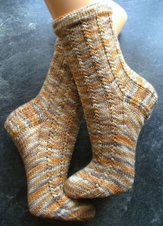 "another ""Melly-short-pattern"" (pattern without instructions for heel and toe. another ""Melly-short-pattern"" (pattern without instructions for heel and toe). Loom Knitting, Knitting Socks, Free Knitting, Knitting Patterns, Cute Socks, My Socks, Crochet Socks, Knit Crochet, Knit Socks"