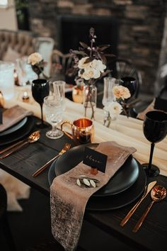 Stunning copper and black wedding table decor. Obsessed with all the moody vibes. Decoration Table, Reception Decorations, Black Wedding Themes, Wedding Black, Black Weddings, Wedding Ideas, Gold Wedding, Wedding Flowers, Wedding Table Settings