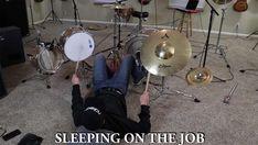 Skurrile Arten, Schlagzeug zu spielen - Jared Dines war scheinbar langweilig: https://www.langweiledich.net/skurrile-arten-schlagzeug-zu-spielen/