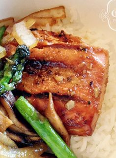 Grilled Salmon Teriyaki with Asparagus, Onions, and Shiitake Mushrooms _ Serve salmon with veggies and remaining sauce! Grilling Recipes, Fish Recipes, Seafood Recipes, Lunch Recipes, Appetizer Recipes, Asparagus And Mushrooms, Salmon And Asparagus, Stuffed Mushrooms