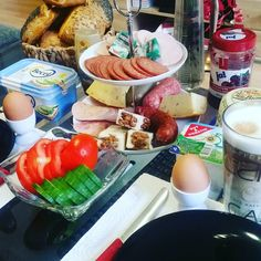 Ab heute geht's zur Spätschicht  ich hasse spät  aber was muss das muss  jetzt wird aber erstmal gefrühstückt  gestern habe ich mich übrigens noch in einer Fahrschule angemeldet und freue mich schon riesig bald meine ersten Fahrstunden zu nehmen  wünsche euch ein schönes Wochenende  #frühstück #fitfam #breaki #lowcarb #breakfast #eatclean #miezenfutter #weightlosdiary #abgerechnetwirdamstrand #wir2punkt0 #weightlossjourney #ernährungsumstellung #tagsforlikes #picoftheday #photooftheday…