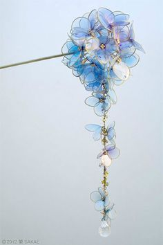 The traditional Japanese kanzashi hairpin is usually an elaborate affair meant to be worn in the hair when donning a kimono or yukata. Intricately detailed and beautiful, they're like Japan& Cute Jewelry, Hair Jewelry, Jewelry Accessories, Jewelry Design, Jewellery, Diy Schmuck, Schmuck Design, Japanese Hairstyle, Accesorios Casual