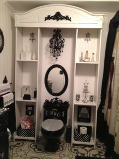 That's it.. I want a glittery toilet seat benieth me & a chandelier in hanging right above me as I piss awesomeness.