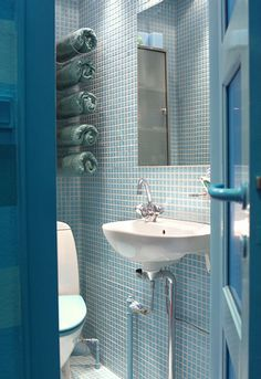 oh man... an all-turquoise bathroom