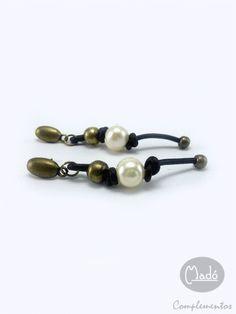 Madó Luaces : Pendientes largos de cuero y perlas cultivadas