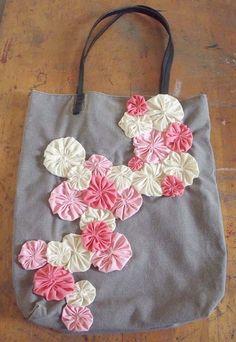 pretty bag with suffolk puffs detail.    #yo-yos #crafts