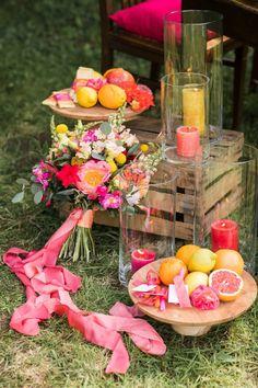 Brautstrauß Sommer bunt, Tischdeko bunt Sommer pink orange gelb rot, Tischdeko Hochzeit Sommer bunt, Tischdeko Garten Holz, Gartenparty Tischdeko #tischdeko #hochzeit #bunt #diy #pink #orange #rot #gelb #sommer #holz #garten Heiraten im eigenen Garten: Eine bunte Sommerhochzeit   Hochzeitsblog The Little Wedding Corner Wedding Decorations, Table Decorations, Bunt, Orange, Ideas, Outdoor Wedding Seating, Garden Parties, Newlyweds, Getting Married