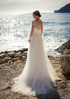 Dieses wunderschöne Brautkleid aus der aktuellen White One Kollektion 2021 findest Du bei Boesckens in Erkelenz. Es ist eines von hunderten Brautkleidmodellen, die Du in allen Größen von 32 bis 58 bei uns erleben kannst. Die allermeisten Bräute buchen rechtzeitig vor der Hochzeit einen unverbindlichen Beratungstermin, damit sie ihr ganz persönliches Traumkleid bei uns finden. Wir freuen uns auf Dich!   ::  #brautkleid #hochzeitskleid #boesckens Top Wedding Dresses, Tulle Wedding, Maternity Wedding, Pregnant Wedding Dress, Gathered Skirt, Trends, Bustier, Boho, New Dress