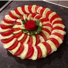 The video consists of 23 Christmas craft ideas. Meat Trays, Veggie Platters, Party Food Platters, Veggie Tray, Amazing Food Decoration, Salad Decoration Ideas, Fruit Platter Designs, Food Art For Kids, Creative Food Art