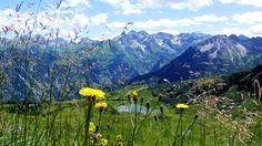 Der Schlappoldsee am Blumenberg Fellhorn bei Oberstdorf. Bei einer Wanderung entdeckt man immer wieder traumhafte Ausblicke auf die Allgäuer Alpen.