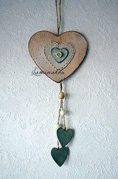 Persikansävyinen, rustiikkisen näköinen puinen sydän jonka koristuksena on pieniä pilkkukuvioita ja nappisydän. Kokonaispituus 30 cm. // Rustic, wooden peachy pink heart with dots and a fun small button heart in center, total length 30 cm.