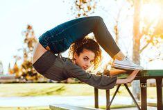 Contortionist Sofie Dossi has NO spine. Acrobatic Gymnastics, Sport Gymnastics, Olympic Gymnastics, Gymnastics Problems, Olympic Games, Dance Photography Poses, Gymnastics Photography, Dance Poses, Amazing Flexibility