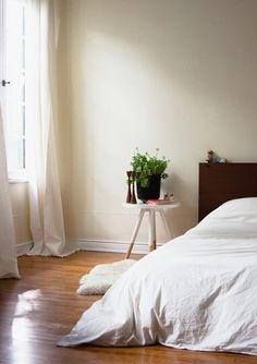 foxontherun:    (via Yummy Interior Spaces / bed side table.)
