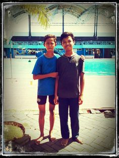berenang bersama teman