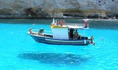 イタリアのランペドゥーザ島!透明度抜群の海にまるで船が浮いているよう