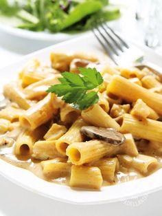 Rigatoni with yogurt cream and mushrooms - Rigatoni è sinonimo di tradizione tutta italiana ma, in questa versione, la pasta del Belpaese è rivisitata in chiave insolita e originale. #pastayogust #pastafunghi